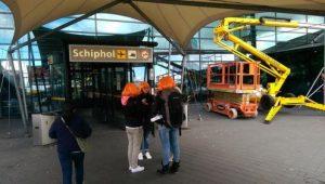 Oranje fans op Schiphol
